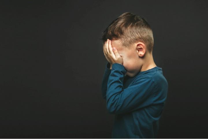 Un niño llora al sufrir la muerte de un padre