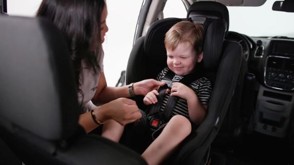 ¿Cuándo debe cambiar su hijo a un asiento de seguridad orientado hacia adelante?