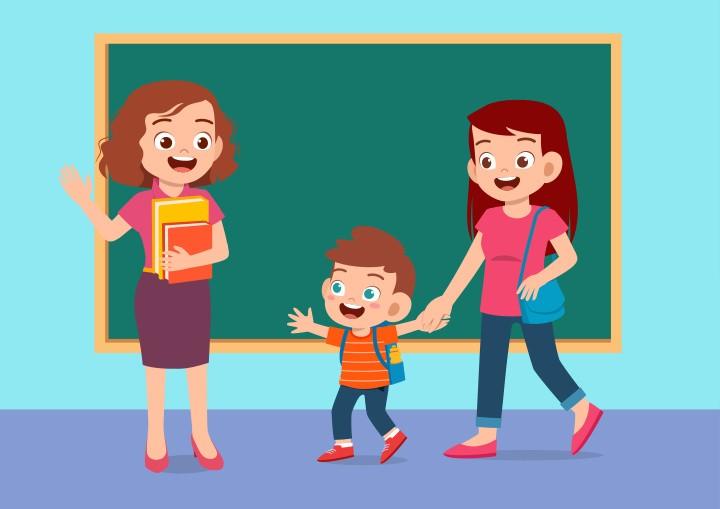 Madre y niño saludan al profesor en clase frente a la pizarra, ejemplo de una familia implicada en las actividades escolares
