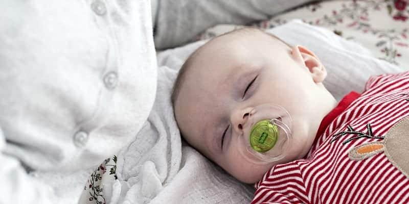 ¿Tiene un bebé o un niño en brazos?  Si eres una madre agotada o cansada en esta etapa neonatal, puedes tomar una siesta cuando el bebé duerme.