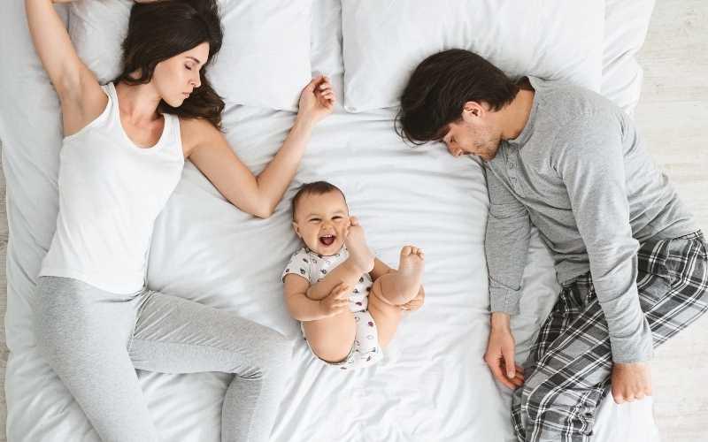 pareja sin dormir, con, bebé, en cama, reír