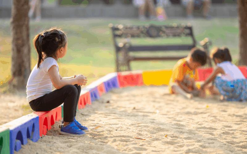 Cómo entrenar a sus hijos para que manejen sus tendencias introvertidas / extrovertidas