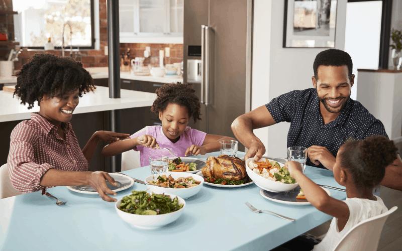 Familia en la cena, lecciones para aprender en la mesa.