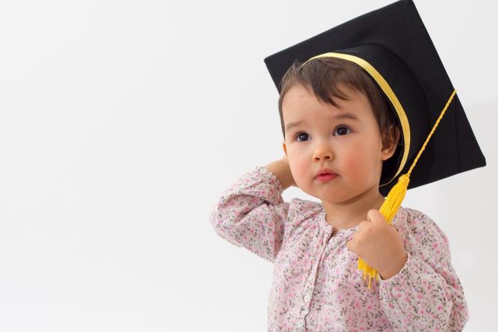 niña pequeña con sombrero de graduación