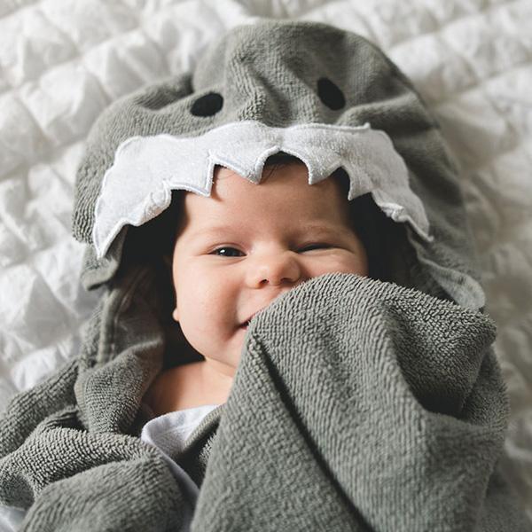 Bañar al bebé en una tina grande