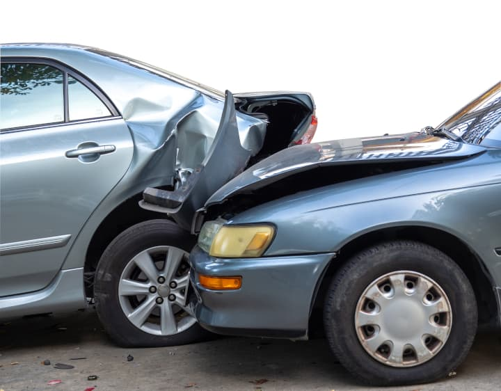 Dos coches plateados chocan - cómo endurecer a mi hijo