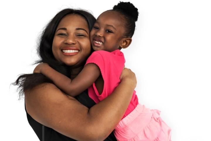 la madre abraza a su hija para demostrarle su amor paternal