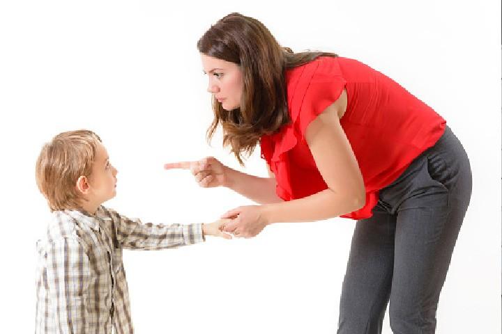 Una madre amenaza a un niño por su mal comportamiento utilizando la paternidad coercitiva