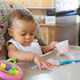 Qué hacer cuando un niño juega con la comida